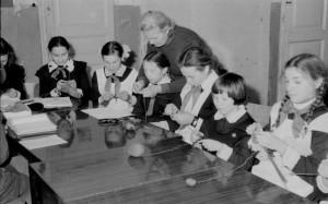 В кружке вязания занимались в основном девочки.